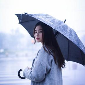 雨中的邂逅