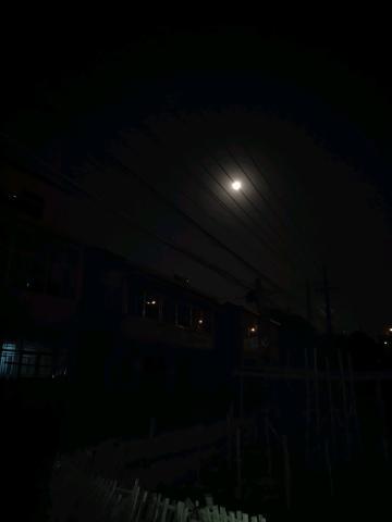 今晚月亮好美,可惜不会拍