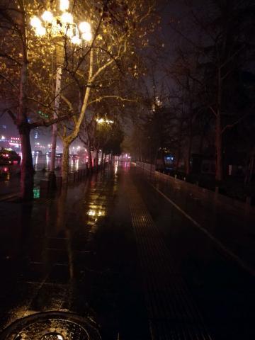 入夜渐微凉,雨色润无声